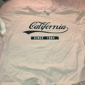 En ljusrosa t-shirt ish magtröja med tryck från new yoker i storlek XS