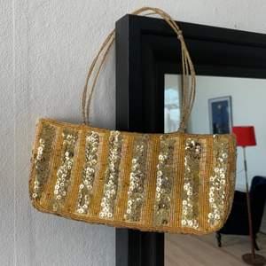 Fantastisk väska som jag köpt secondhand. Väskan är ungefär 22x7 cm. Som det syns på sista bilden så har den lilla grejen man stänger med ramlat av men det går nog att sätta dit en ny om man är lite kreativ. Frakt 30 kronor tillkommer.
