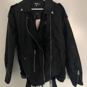 """""""Tall black faux leather boyfriend biker jacket"""" från Missguided i storlek 40.  Helt oanvänd. Köparen står för frakten."""