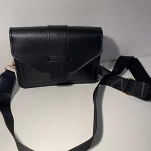 Suuperfin modell på denna väskan som passar till allt! Helt oanvänd och i nyskick, men säljer då jag hade tänkt köpa en annan. I sista bilden kan man se att den har ett litet fack på utsidan.