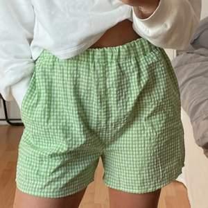 Säljer ett par shorts som jag köpt på shein, som tyvärr inte längre är min stil men jätte sköna. Köpta för 70kr! Och bara använt 2 gånger så jätte bra skick! Shortsen ser även edentiska emot bilderna som är ifrån sheins hemsida💙 och bilderna är tagna ifrån en annan tjej här på plick!