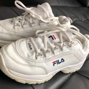 Säljer vita fula skor på grund utav att dem inte passar längre men dem är i bra skick och super sköna att ha på sig! Skorna är i storlek 37.