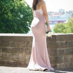 Superfin maxi klänning som passar bröllop. Har bara använt denna en gång på ett bröllop. Den är verkligen så fin men kommer inte till användning längre. Längden på klänningen är 140cm (strlk 34, men skulle säga passar36 bättre). Den är från Nelly.com 😍😍😍
