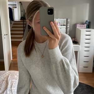 En jättefin, gråbeige finstickad tröja från &other stories!! Endast använd 3 ggr och är i bra skick❤️🔥Skriv privat för mer bilder eller om du vill diskutera priset. Nypris 490 kr
