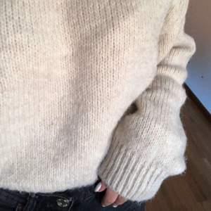 snygg begie tröja från zara, använd fåtal gånger!