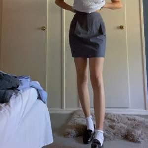 en grå kostymkjol från esprit med en slits i bak, två fickor i sidorna och två i bak. storlek m men passar bättre till m/l säljer för 90kr