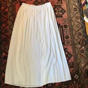 En lång äkta 80s vintage tennis kjol. Trots sin ålder är den i fint skick! Resår i midjan. Köparen står för frakten <3