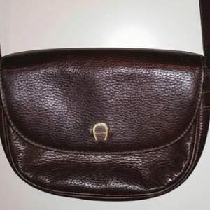 Fin o välbehållen vintageväska från Etienne Aigner. Mått 22*16 cm. Axelremmen kan tas bort o även förlängas . Så fint hantverk !
