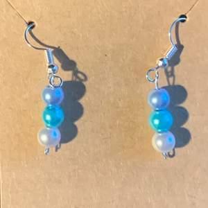 Filippa är ett par örhängen med blåa pärlor, de är helt nickelfria och passar bra till nästan allt