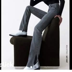Snygga grå jeans med slits. Bra skick och knappt använda. Säljer då dom inte kommer till användning längre