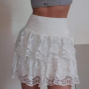 Supersöt helt ny kjol med spetsvolanger, stl xs men tycker den är mer som S (dragit åt den lite på bilderna för å visa passform, är därmed aningen längre också än vad bilderna visar)💖85 kr eller bud💖paketpris ordnas ALLTID så checka in mina andra annonser :)