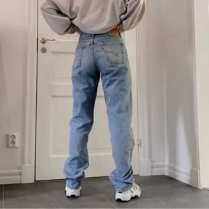BUDGIVNING på dessa ascoola och trendiga Levi's 😈  Straight leg och långa på mig som är 170.  BUDGIVNING i kommentarsfältet! Höj alltid med 10kr.                            ❗️ VID DIREKTKÖP - KONTAKTA MIG❗️                           Lite tråd har släppt vid vänstra fickan men syns knappt.