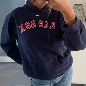 """Jätte snygg hoodie från Nike med trycket """"Red sox"""", säljer pga av att den inte använd tyvärr!! Köpare står för frakt"""