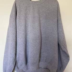 Säljer denna gråa sweatshirt från PrettyLittleThing i stl M, som jag inte använder längre :) (köparen står för frakt)