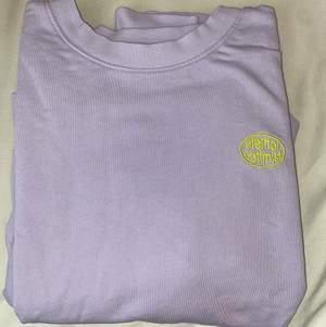 fin lila oversized sweatshirt från gina och är perfekt för sena sommarkvällar<3 bra skick! skickar endast (200+frakt)
