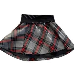 rutig kjol | färg: svart/grön/röd/grå | visas på en xs | märke: Gina Tricot | *lite nopprig | frakt tillkommer på 66kr ❤️