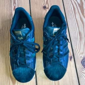 Mörkgröna Adidas superstar sneakers i mycket bra skick.