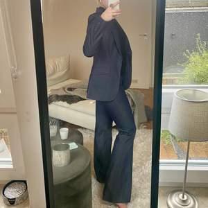 Super snygg kostym som jag så önska passa😫😫 Köpt second hand! Aldrig använd av mig pga för liten i midjan::/ Storlek 36/S men byxorna är snarare en XS❤️🩹 Frakt står köpare för!🧸📦💖