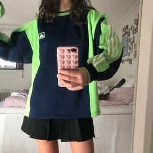 vintage adidas sweatshirt i sporttyg, jag är M och den är oversized på mig.