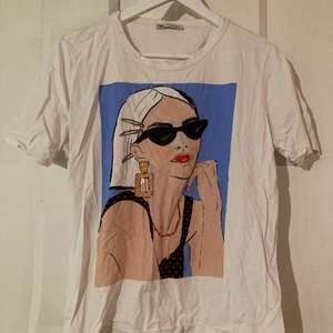 En t-shirts i fint skick från zara. Jag har vanligtvis xs eller s på T-shirts, vilket gör denna till en perfekt oversize-modell!💖 köparen står för frakten.
