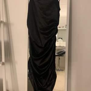 Superfin klänning i sidenmaterial. Ser att bilderna blev klippta. Skriv för fler bilder