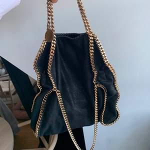Säljer min Stella väska, köp direkt för 3500kr !, säljer billigt pga att jag ska flytta så måste gå bort allt jag inte behöver fort, skriv om du vill köpa, eller vid frågor💞💞