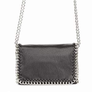 Säljer denna snygga väska ifrån tiamo som är helt slut sold! den är i toppen skicka och knappt andvänd. ⚡️ ❤️ ⚡️ ❤️ den är köpt för 500 kr ! Och säljer för endast 180 kr🥰!