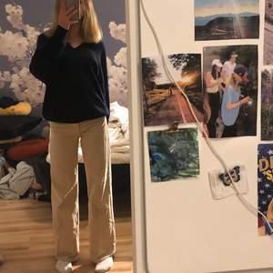 Riiiktigt snygga och trendiga beiga jeans, använda typ 4 gånger!💫💞 Inte säker på att jag vill sälja så kom med bra bud. Lätta att styla och sitter perfekt!•Midjemått; 73 cm, Innerbenslängd; 75 cm, Nypris; 400kr• Om fler är intresserade blir det budgivning:) Skriv om ni har några frågor, svarar inom 24h😋