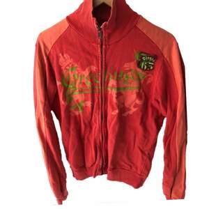 Vintage röd & orange tröja med dragkedja från Diesel. Storlek S herr. Passar de flesta storlekar beroende på hur du vill att den ska sitta. Skick 8/10.