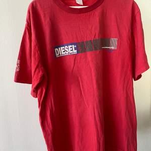 Diesel tshirt köpt second hand i rätt använt skick👕                  Frakt 66kr spårbart med postnord appen🛩.                               Kan även mötas i stockholm🏢