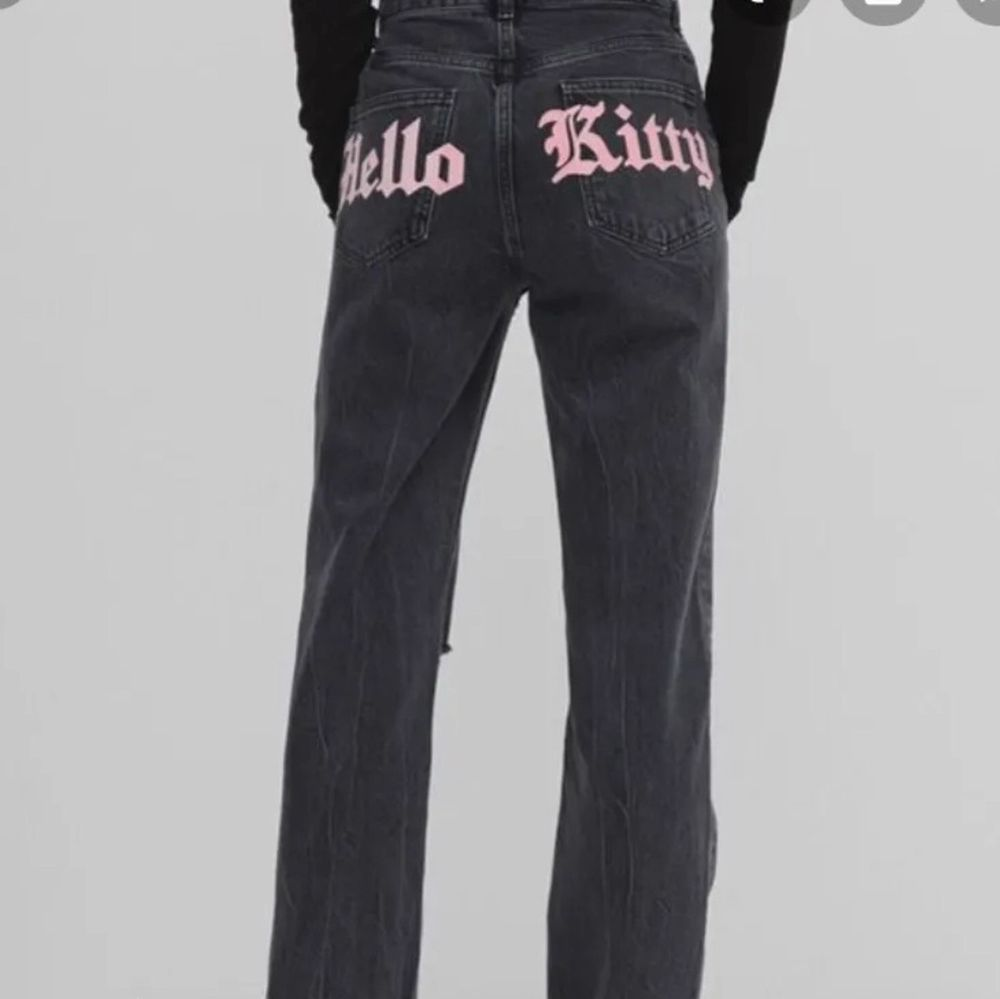 Säljer dess skitcoola jeans med hellokitty tryck där bak! (Lånad bild) De är i bra skick och säljer för de inte kommer till användning🤍 Köparen står för frakt (frakten ingår INTE i priset), skriv för mer info! Buda gärna i kommentarerna!!!. Jeans & Byxor.