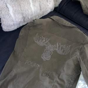 Intressekoll på min militärgröna jacka ifrån ilse Jacobsen köpt här på plick💖 storlek 40 men skulle säga att den passar XS-L beroende på hur man vill att den ska sitta. Så snygg jacka med mycket coola detaljer👌🏽👌🏽