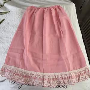 En riktig vintage kjol med broderad kant nedtill 🌸💕 går till typ strax under knäna, väldigt cottagecore o babydoll vibes 😍✨💗 Elastisk i midjan så passar 34-40 o kanske liten 42! Färgen är mer pastellig rosa irl 💐 Sååå fint skick, köpt i vintagebutik men kommer inte till användning alls, så den förtjänar nytt hem 🌻🌼🌺