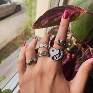 Fina ringar i Sterling silver 🖤🌼 Dem kostar 35:- styck, storlekarna varierar lite, men de flesta är i storlek 18 ✨