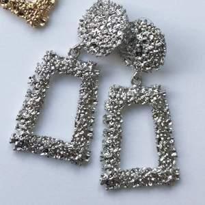 Flashiga och fina örhängen i silver, perfekt om du vill glänsa mer, oanvända.
