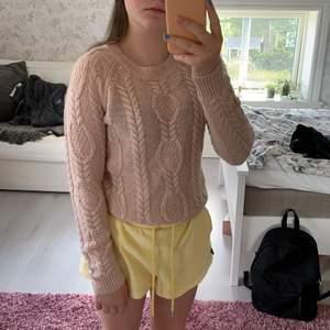 Gullig stickad tröja från H&M i rosa. 💖 Tröjan är i fint skick. Jag har köpt den begagnat men aldrig använt då den är lite stickig som jag inte tycker om. 🙈😆🥝