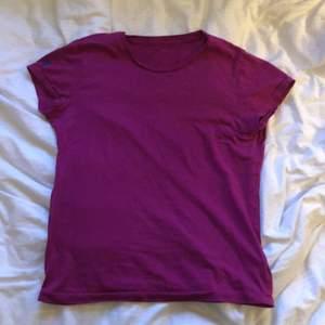 Lila t-shirt från Ralph Lauren i fint skick. Ett litet Ralph-märke i mörkblått på höger ärm.