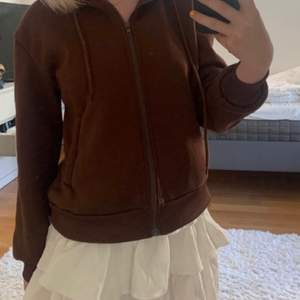 Säljer denna sjukt snygga zip hoodien. Den är verkligen superskön och fin. Helt i nyskick. Superfin till sommarkvällar🤎 frakt tillkommer på 66kr - då är den också spårbar 🥰 HÖGSTA BUD: 240 exklusive frakt