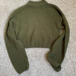 """Super mysig tröja. Den är lite tajt vid halsen så den är lite """"polo"""" sydd om ni fattar. Den är köpt på h&m för nått år sedan men inte använd mer än 1-2 ggr. Säljer för att jag inte har användning för den!!"""