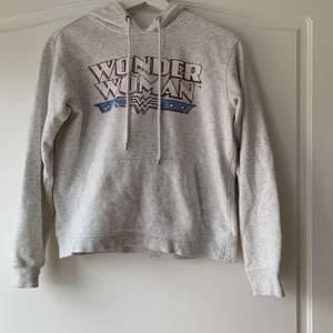 En ljusgrå fin hoodie från hm i storlek xs. Den är använd och därmed är trycket lite slitet. Säljs pga att den inte används längre💕💕