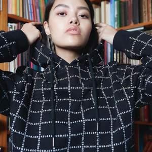 Denna hoodie från danska märket Hosbjerg är fantastisk! Strl S. Finns inget att anmärka på förutom att snörena till luvan inte längta finns kvar. Använt men fint skick. Material: 70% Bomull, 30% Polyester