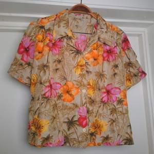Fantastisk vintageskjorta/blus med hawaii-motiv. Kort modell. Toppenskick. Som en 36:a🌺