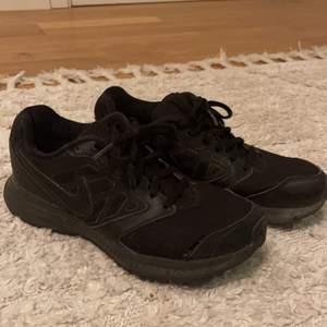 Svart snygga springskor från Nike. Jättebekväma i stl 38. En liten skada längst fram på högra skon (3dje bilden) köpta för 1000kr och säljs för 150kr + 66kr i frakt