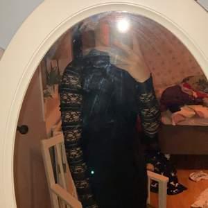 Super fin klänning storlek 146. Jag har burit den på både jul, nyår och begravning när jag var mindre. Funkar till många tillställningar 😌