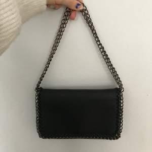 Säljer min Stella McCartney inspirerade väska. Väskan är väl använd men i fin skick då jag varit rädd om den. Dock lite slitning på kjednan men inget som man tänker på. Bandet är dubbelt så långt som på bilden och går o dra över axeln. Har även en helt oanvänd i gult