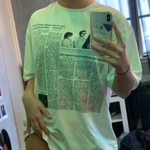 Vit fin tshirt (ser lite grön ut pga mina ledlights)! Den är i storlek s men som det syns så är den väldigt oversize. Köparen står för frakt❤️❤️