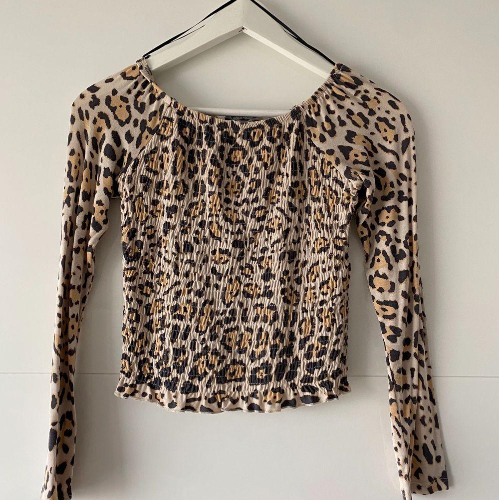 Säljer denna leopard blus ifrån Ginatricot. Sitter väldigt bra på & endast använt ett fåtal gånger. Väldigt stretchigt material. Köparen står för frakt 💗. Blusar.