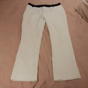 Vita kostym byxor med lite vida ben och svart upptill. Använda 2-3 gånger, men är i väldigt bra skick