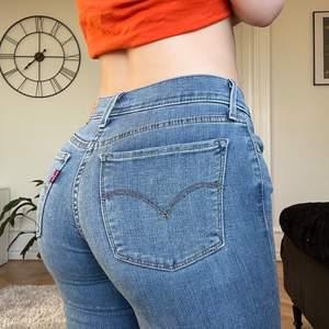 Jättesnygga slitna och stretchiga skinny jeans från Levi's i supergott skick❤️ modellen heter 710 Super Skinny