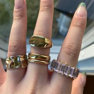 Ringar i sterling silver eller rostfri stål. 130kr styck. Frakt tillkommer på 12kr. Alla är justerbara förutom den rosa ringen.  1 ring för 130kr 2 för 240kr 3 för 320kr 4 för 400kr. Gäller alla ringar på mina andra annonser med!